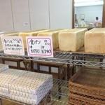 42601670 - 食パンも人気です、好みの枚数にカットしくれます。