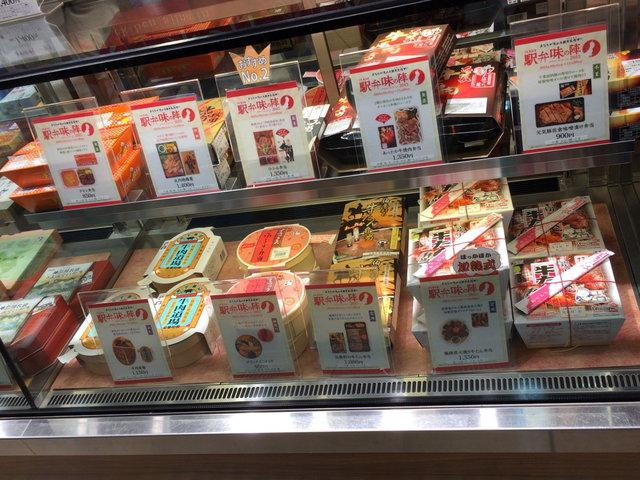 駅弁屋 匠 - ショーケース内の赤いPOPが「駅弁味の陣」エントリー商品2015年10月