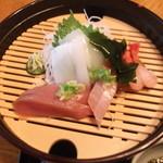 豆狸 - お刺身アップ~海の幸、美味しいですよ~。まわりのすのこが、広々してますね。