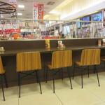 めん処 広川 - フードコートの中の店なんで座席は他の店との共用になってます。