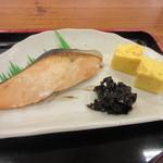 めん処 広川 - メインのおかずは塩鮭、昆布、玉子焼きといった王道コンビでした。