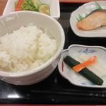 めん処 広川 -   嬉しい事にがっつり朝から食べたい方は御飯のお替り無料でした。