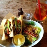 42610945 - テリヤキチキンとアボカドのサンドイッチ