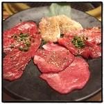 食彩和牛しげ吉 - ランチのしげ吉セットのお肉。右から時計回りに、カルビ(バラ)、タン(先)、ロース(モモ)、とりモモ。