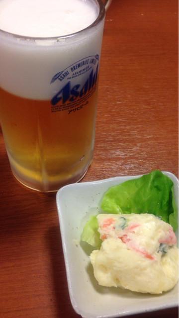 立飲み たきおか - 生ビール(410円)とポテトサラダ(160円)