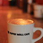 ペーパーウォールカフェ - カウンターはランプの灯りが温かくて落ち着きます