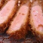 とんかつ マンジェ - 「東京X」の断面図アップ。美しいピンク色ですね。