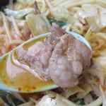 鶏貝ちゃんぽん りゅうじ - モツはハツと丸腸が入ってました。                             スープは赤いですが、それほどは辛くはありません。                             熱さのほうが刺激的かも♪