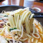 鶏貝ちゃんぽん りゅうじ - 石鍋が熱くて、炒め野菜も麺も柔らかめになってますが、かえって食べやすいですね。