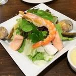 モカロ - シーフードサラダ(ハーフ550円)