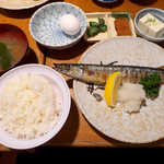菊三八 - 〔日替〕秋刀魚の塩焼き(定食¥850)。生卵がついてくるので、TKGを楽しめる