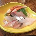 大阪屋 - 料理写真:刺身盛り合わせ(850円)
