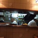 とんかつ いけだ - 厨房に3人、フロアに2人だったかな?手際を見るのも待ち時間の楽しみです