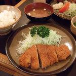 とんかつ いけだ - ランチのロースカツ定食は800円。