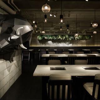 完全個室の白と黒を基調としたクラシックモダンな空間