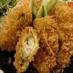 42644450 - かに猿 @中葛西 サクサク食感の軽い衣に包まれるプリッと蒸し上がった大粒の牡蠣フライ