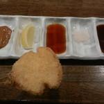 嵯峨根屋 - 串揚げはこちらの調味料で頂きます