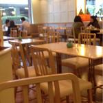カフェ ド ラ・ポムベール  - 店内