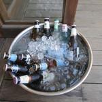 ソン ベ カフェ - 氷の入ったボウルに入った各国の瓶ビール