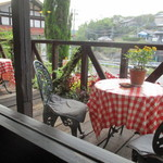 アクア パッツァ - アクアパッツア 店内からテラス席を望む