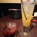 42654458 - カシス酒×いちごのジュレのカクテル450円と、ゆずゆずジンジャー380円