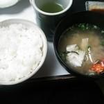 やぶ - 白飯にワタリガニのお味噌汁