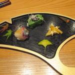 かま田 - ①縞鯵の手毬寿司、生麩田楽、柿のあえもの