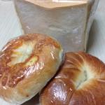 42657969 - 食パン、ベーグル(プレーンとチーズ)