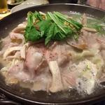 くいもの屋わん - イタリア産ホエー豚と茸の旨塩陶板煮。