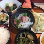 喜多八 - お造り、天麩羅、小鉢2種、デザートなど充実のミニ会席。1080円。