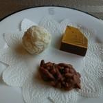 デルレイ カフェ&ショコラティエ - 手前から時計回りにローストアーモンドダーク、トリュフシャンパン、ゴールドダイアモンドミルク