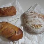 42667683 - この中から人気のハード系のパンを3つ自宅に買って帰りました。