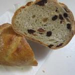 42667685 - 小さいレーズンのカレンツを練りこんだ田舎パンです。