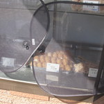 天狗食堂 - お店入口にあるガラスケース。稲荷70円、おはぎ90円。