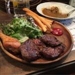 42673112 - 【肉屋のステーキプレート】(900円税込)良いボリュームです。