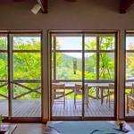 TAO retreat&cafe - フローリングよりテラス席を望む