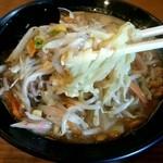 めっちゃタンメン - 『納豆味噌タンメン』の麺をやっとこ引き出す