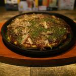 神威 - 豚玉。生地がフワフワ。辛いソースをちょこっとかけると懐かしいお好み焼きの味になって、ごっつ美味い。