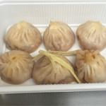42678649 - 蒸し小籠包(上海カニ味噌と豚肉の2種盛り)(税込930円)