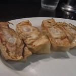 濃厚豚骨NOTON - 小粒な餃子の中には肉がたっぷり