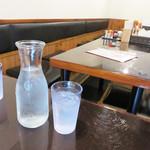 久屋 - テーブル席。 地味ですが、清潔で居心地良い空間です。