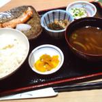 魚然 - 塩麹鮭+山かけ定食950円 (2015-10-05)