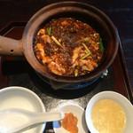 42693974 - 四川麻婆豆腐土鍋ごはん(¥1200)→スープ・香の物付き