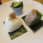 Onigirikafe - おにぎり朝食セット:おにぎり2個(おかかチーズ、大葉みそ)、きゅうりの浅漬け、豆腐と葱 わかめの味噌汁、コーヒー1