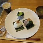 Onigirikafe - おにぎり朝食セット:おにぎり2個(おかかチーズ、大葉みそ)、きゅうりの浅漬け、豆腐と葱 わかめの味噌汁、コーヒー3