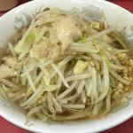 ラーメン二郎 - 小ラーメン 麺半分 ニンニク・アブラ・ちょいカラメ(600円)