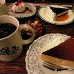 427988 - チーズケーキ各種、アイスコーヒー、ナッツ