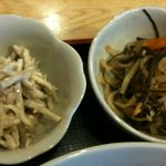 ゆんたく - 小鉢(「煮物」と「ごぼうとミミガーのピーナツ和え」