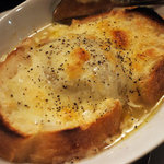 言い成り - 新玉葱を丸ごとスープ煮にしたという。それでオニオングラタンスープを!甘くてウマーーーい