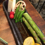 42700281 - 焼き野菜おまかせ。写真を撮る前に、ホイルに乗ったエノキバターは七輪の上に。